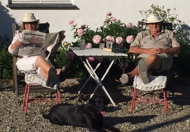 Gurli og Per-Ole slapper af på en dejlig sommerdag på Frijsenvang...